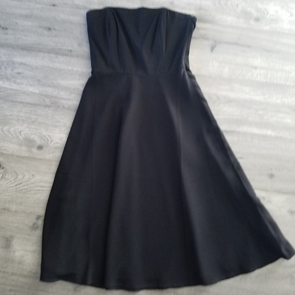 Banana Republic Dresses & Skirts - Banana Republic Classic LBD 8 Strapless GREAT COND